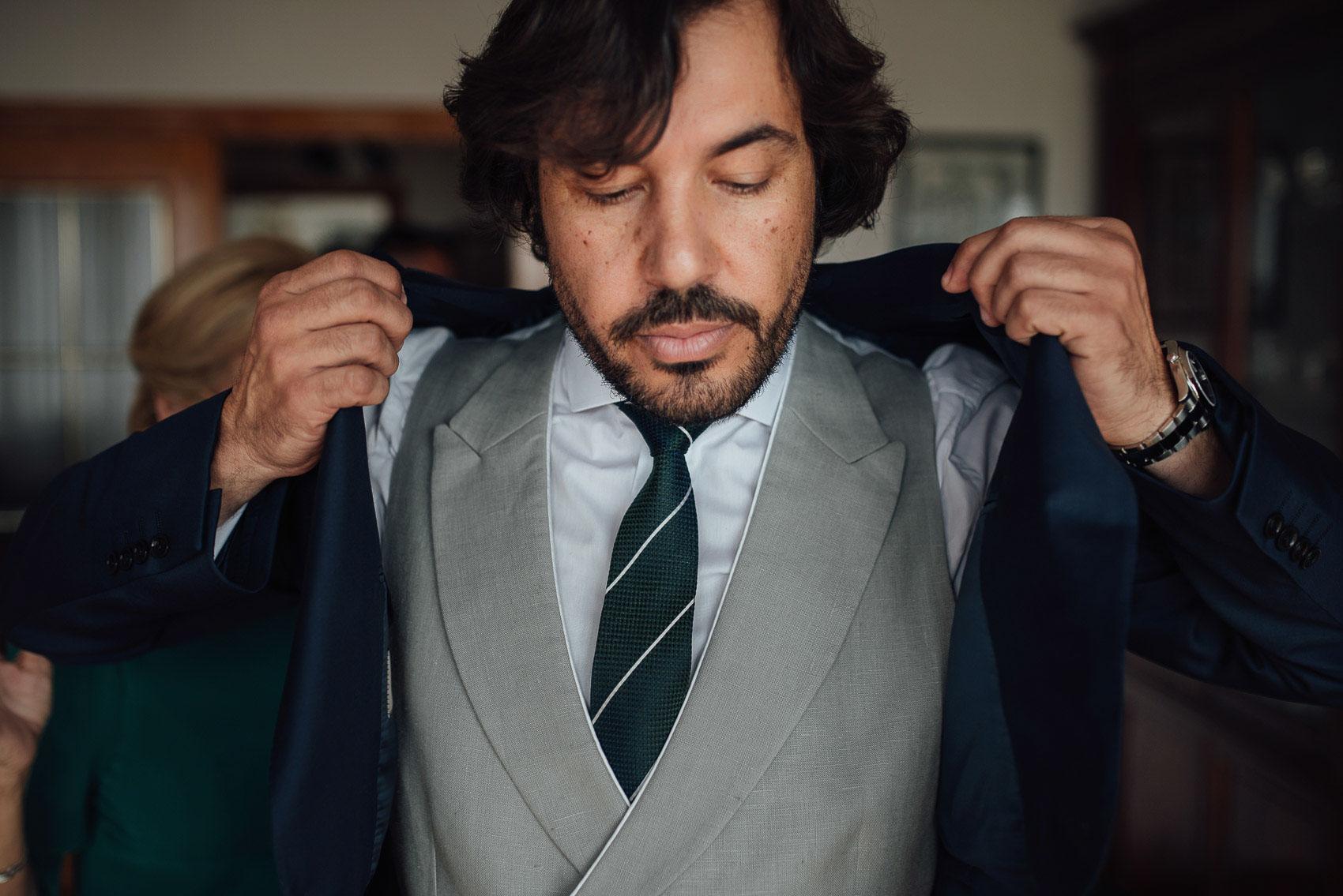 miguel novio traje corbata chaleco reloj