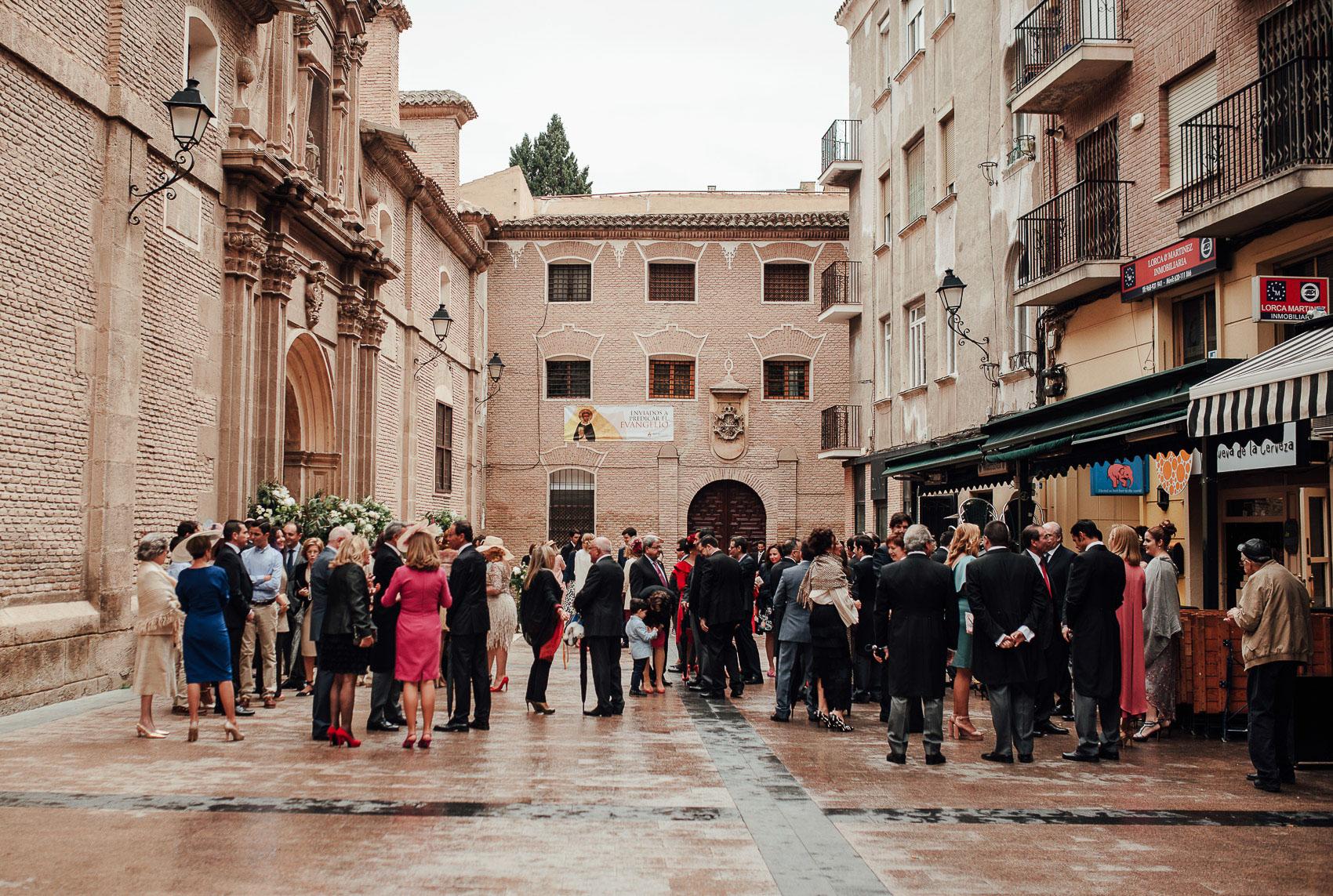 invitados espera misa celebracion iglesia anas