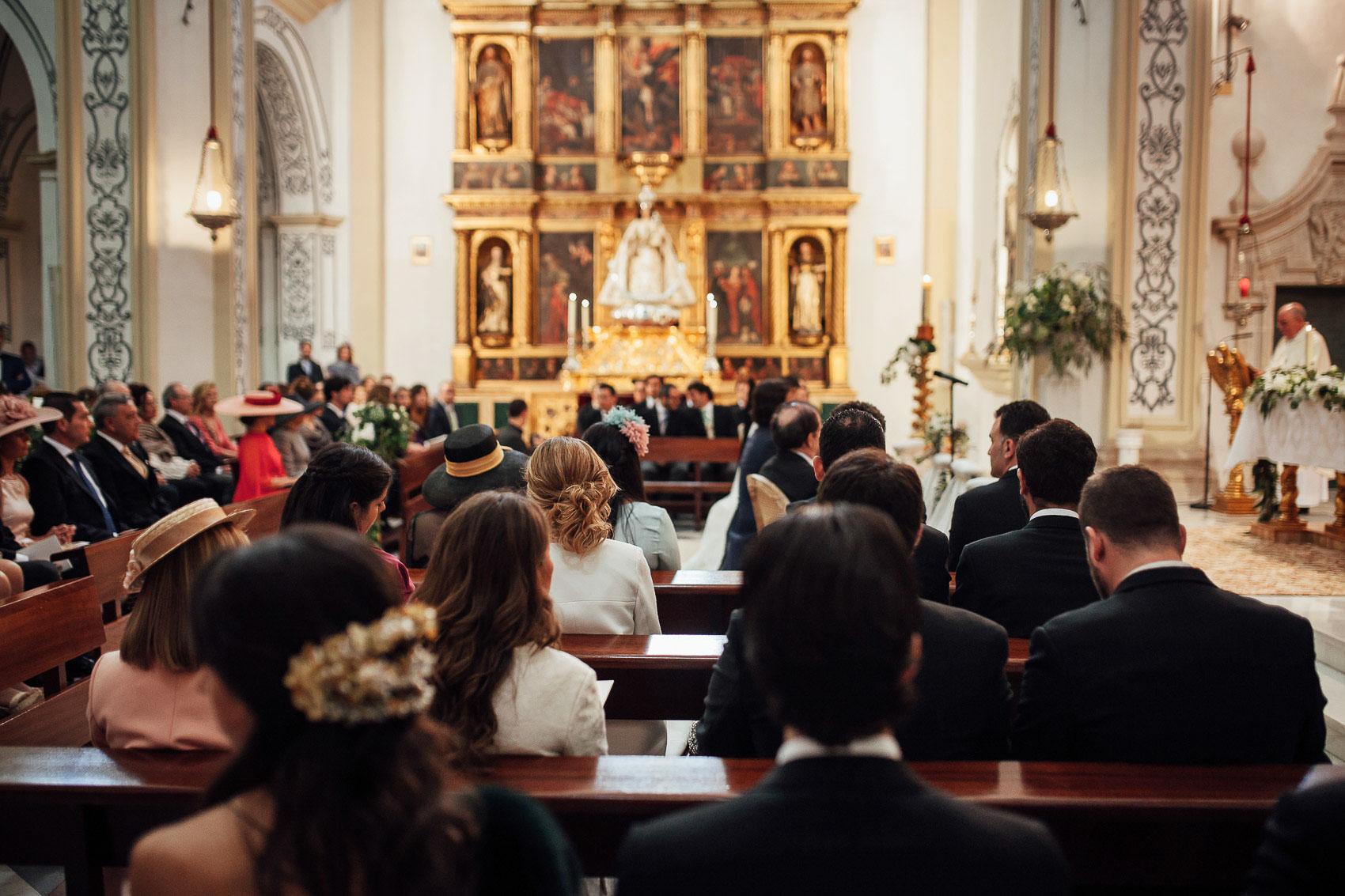 invitados misa boda enlace bancos