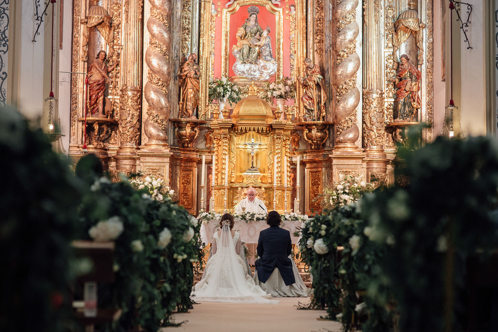 pasillo iglesia anas decoracion flores cura