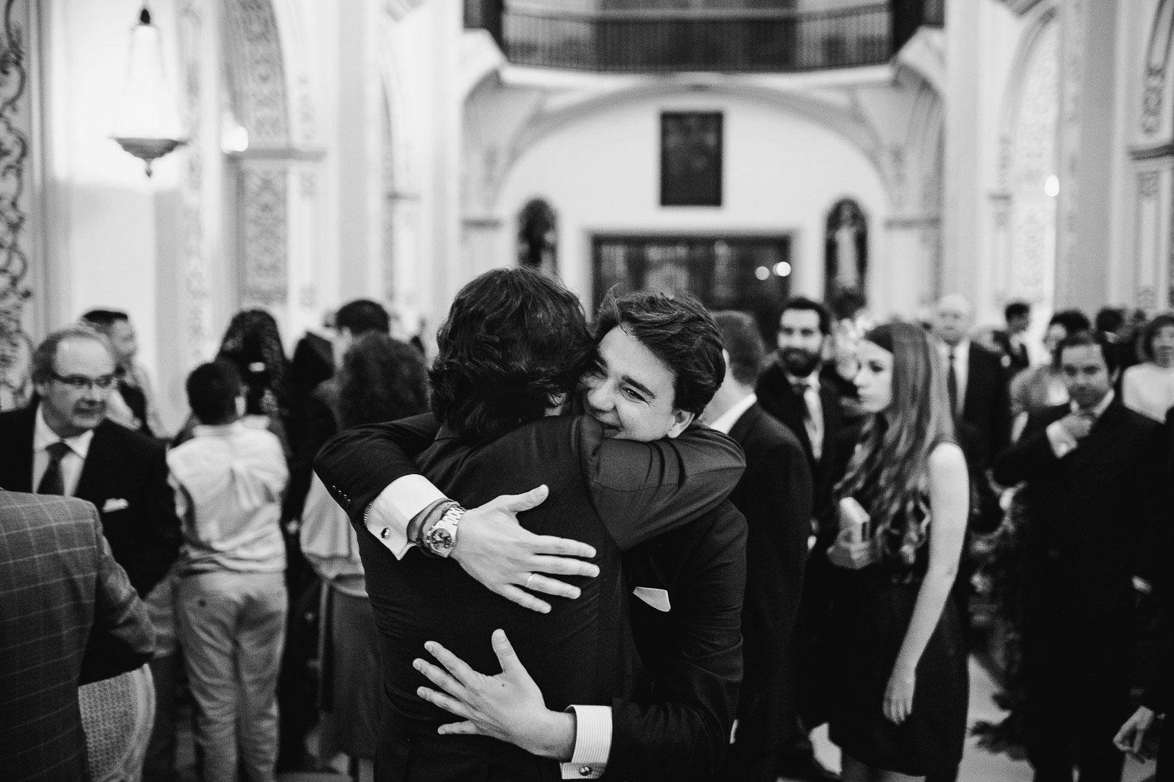 abrazo novio invitado celebracion blanco negro fotografia