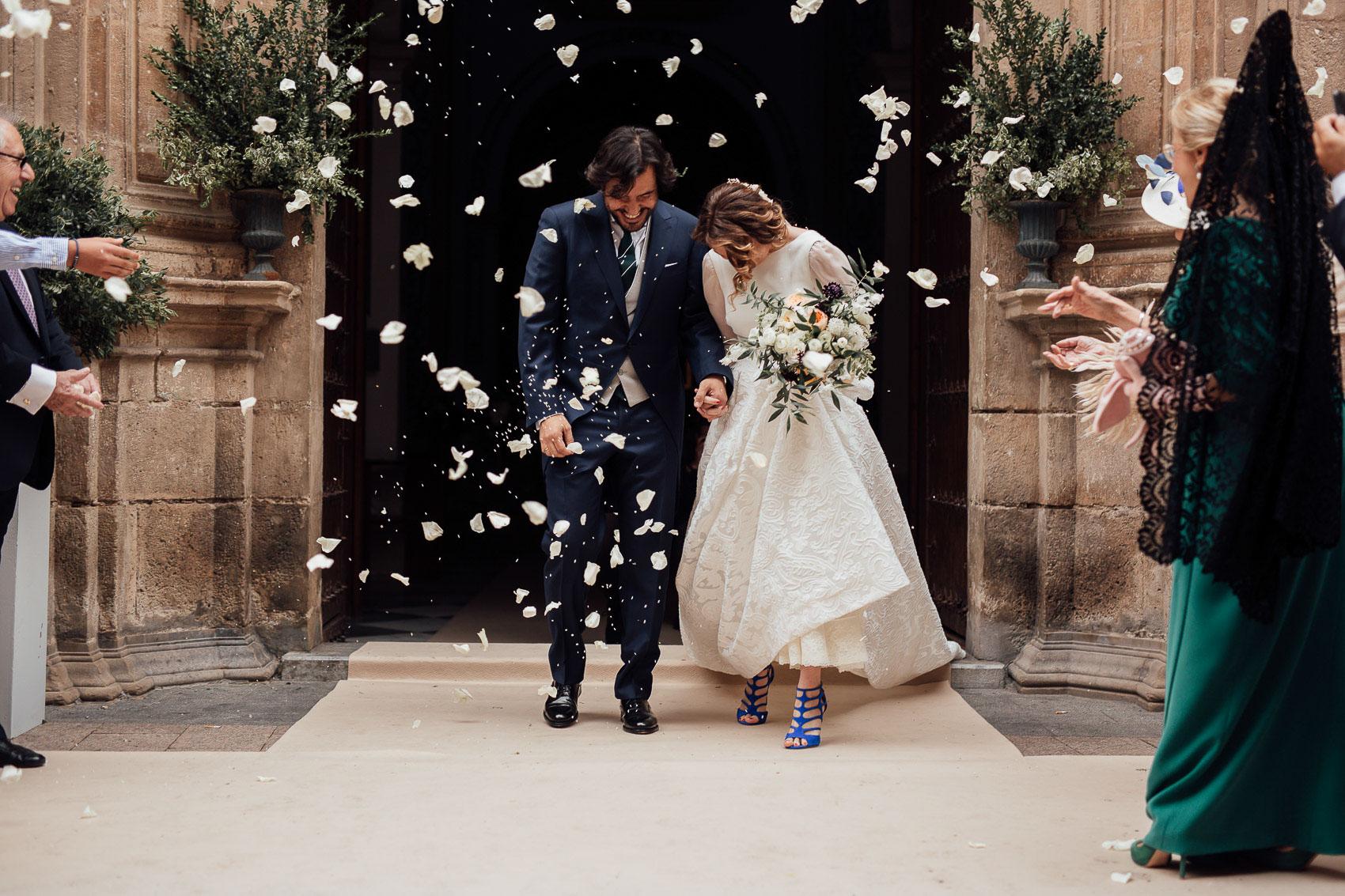 salida iglesia anas boda arroz petalos