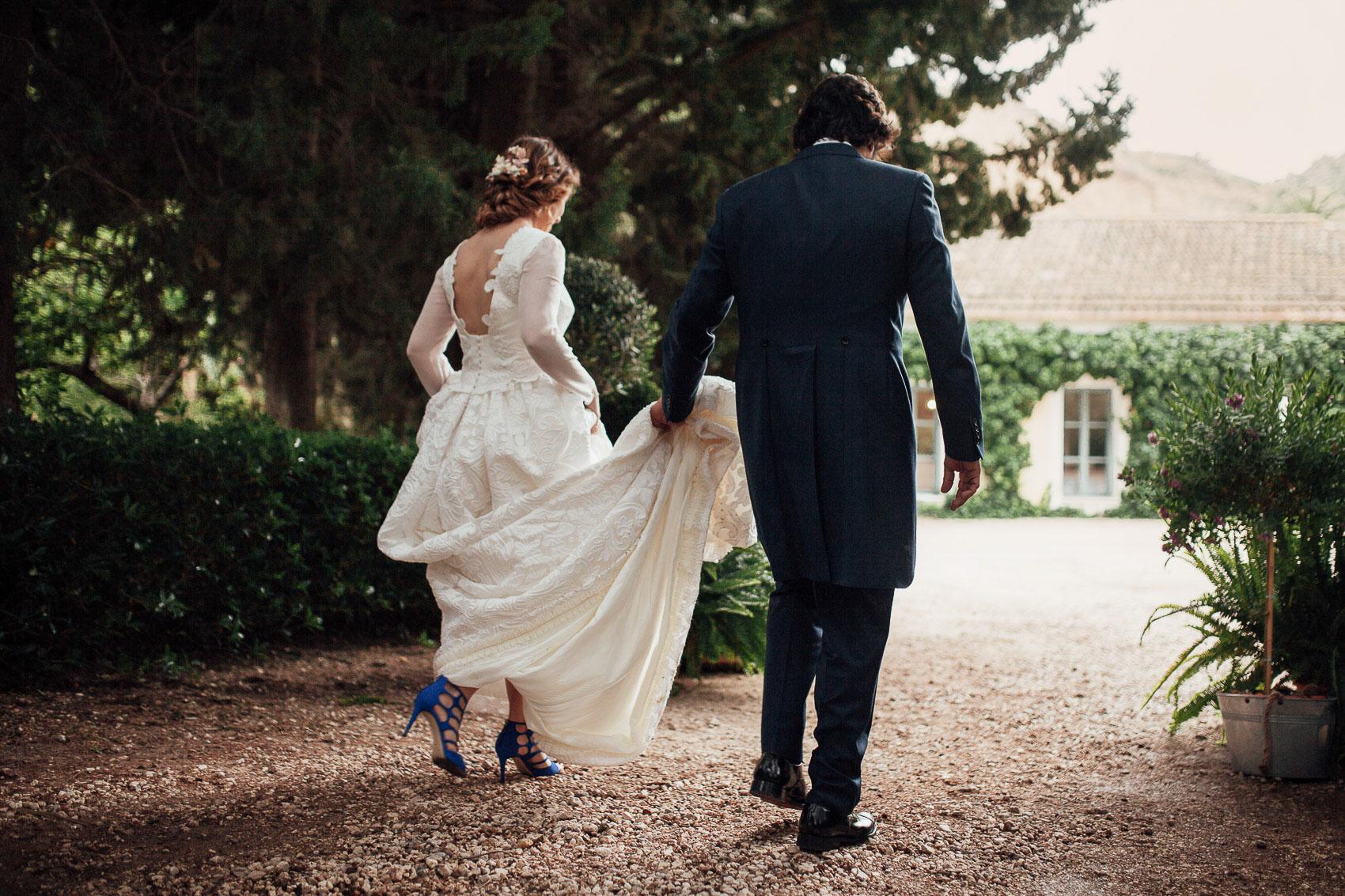 pareja novios boda vestido tacones traje