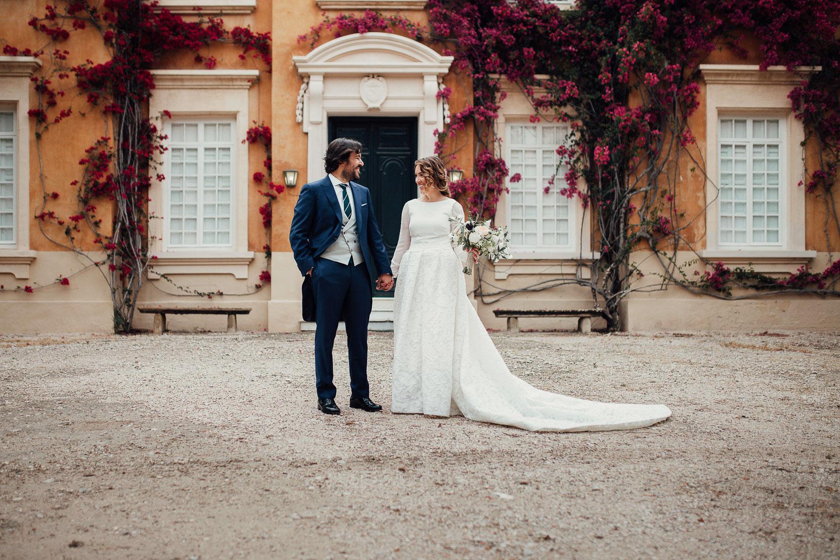 pareja manos unidas mirada exterior fotografia boda flores