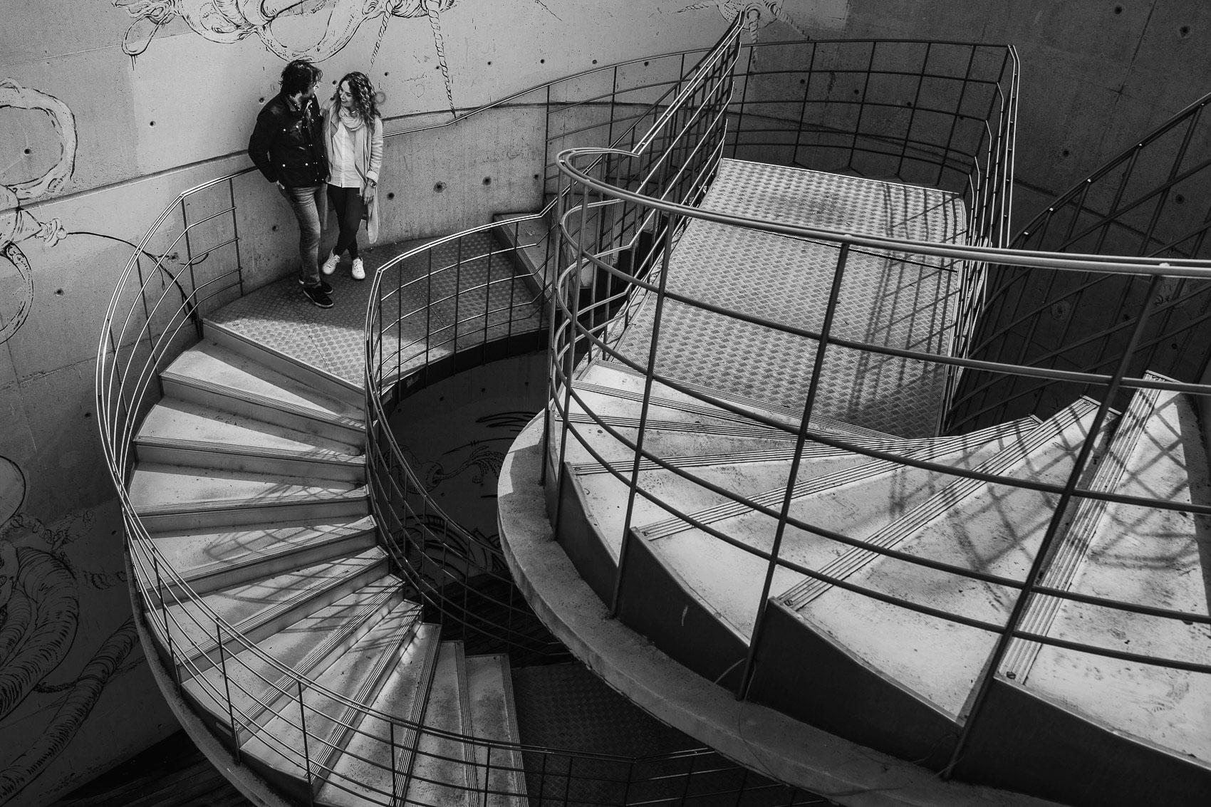 fotografia pareja escaleras arquitectura sombras