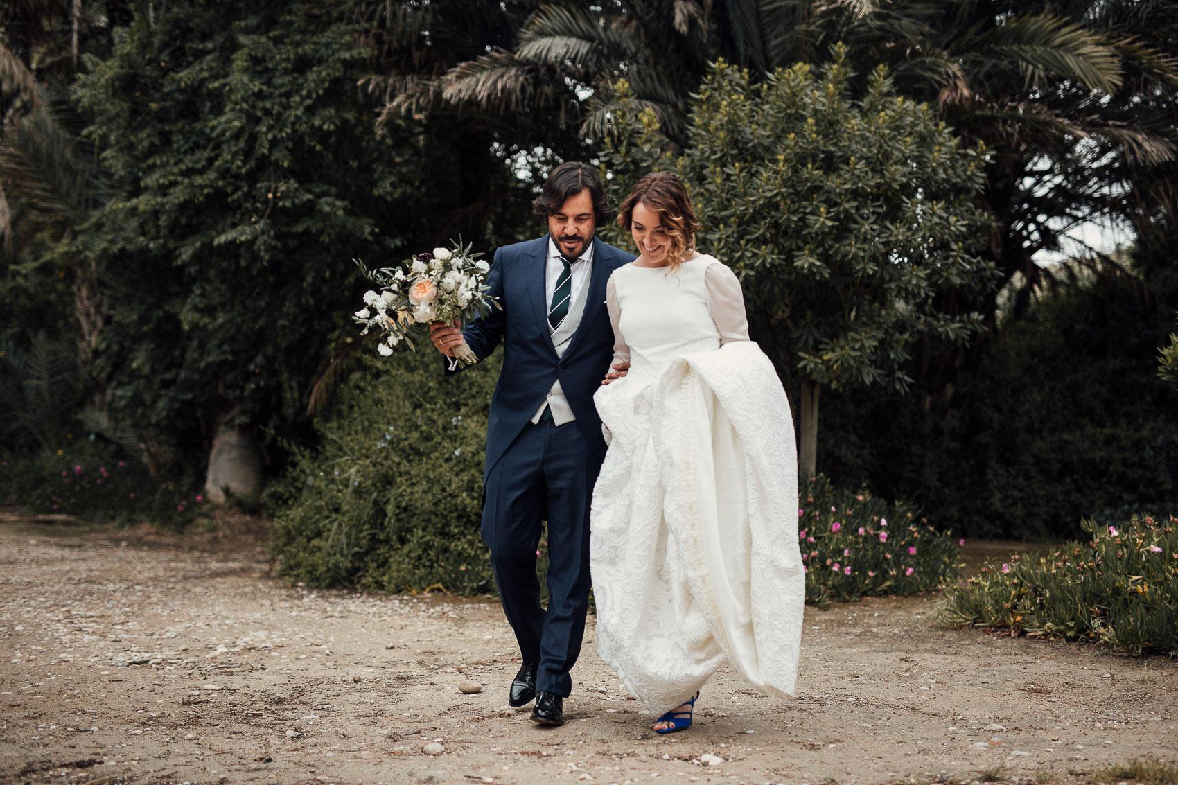 pareja novios posado fotografia ramo flores