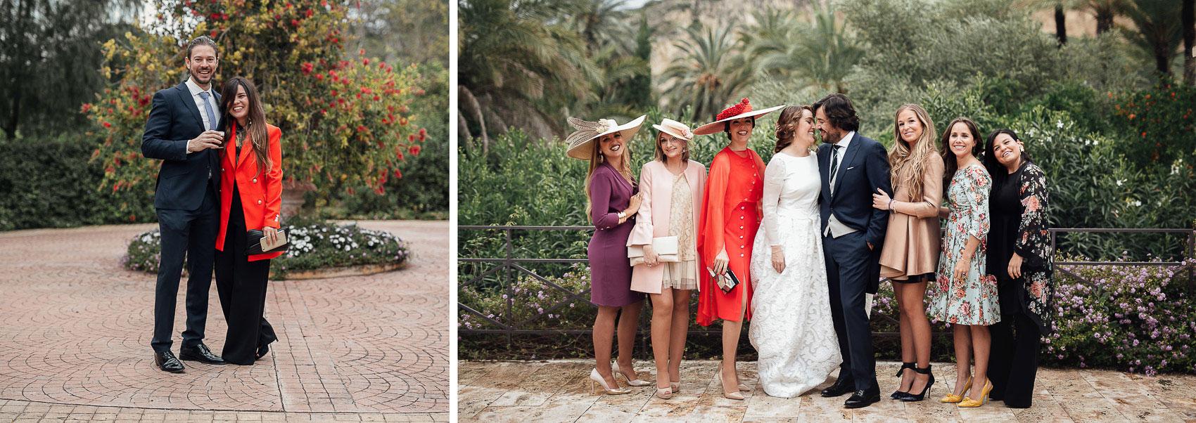 invitadas perfectas outfit novios boda exterior flores