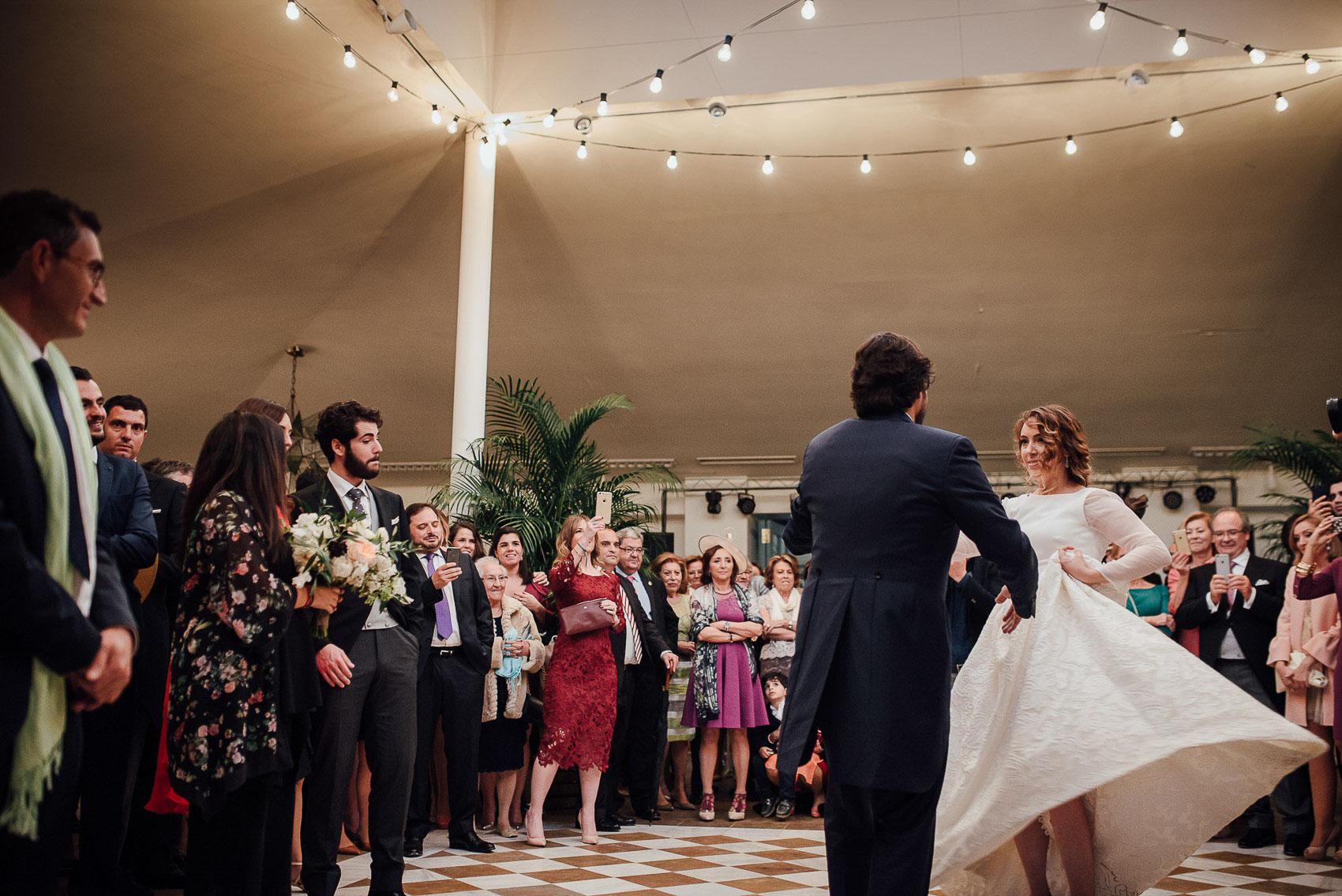 baile novios detalle invitados decoracion luces