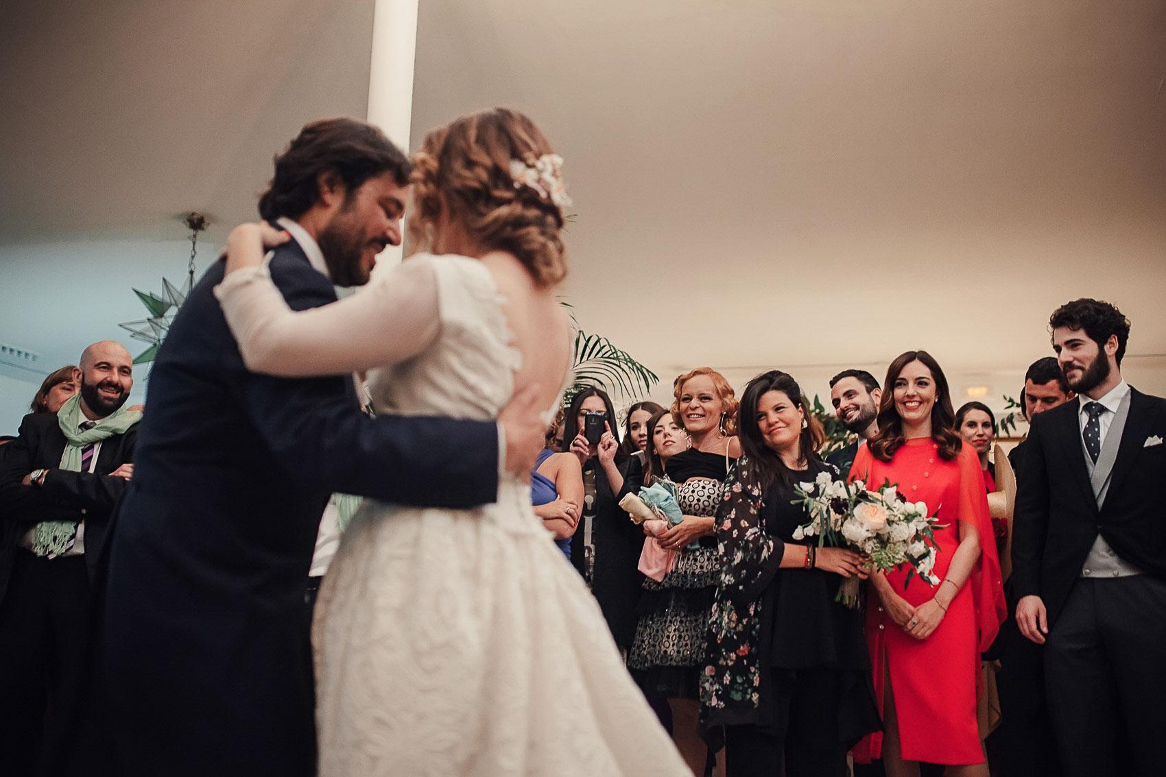 baile novios detalle invitados abrazo photography