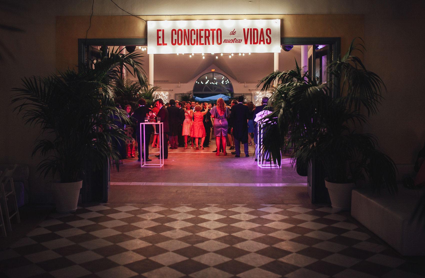 entrada restaurante luces neon concierto vidas palmeras