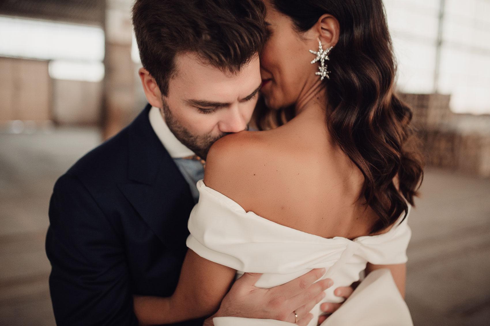 Beso en el hombro novio a novia en la estacion otero de herreros