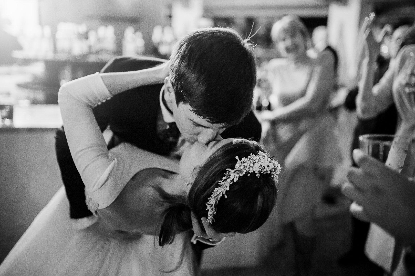 Beso romántico con vestido de Rubén Hernandez